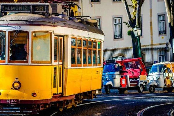 Любовь — это Португалия: страна океана, серфинга, узких улиц, старинных трамваев и огромных открытых сердец