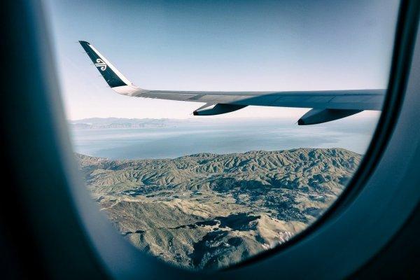 Почему во время взлета и посадки нужно поднимать шторки иллюминатора