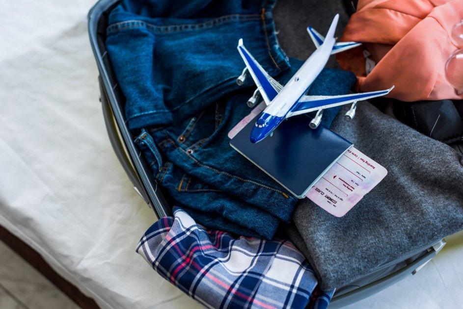 Чемодан с вещами в поездку