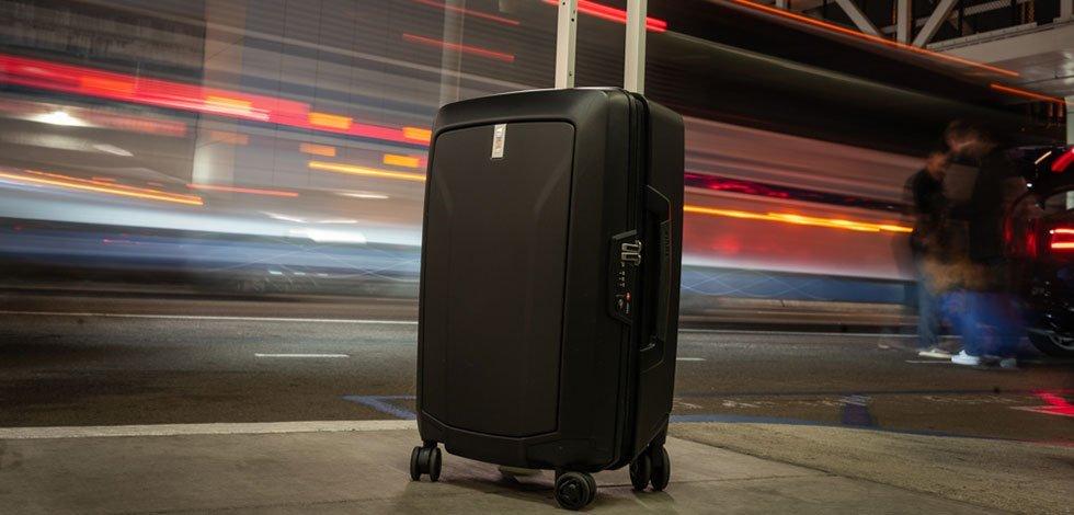 Черный чемодан на колесах