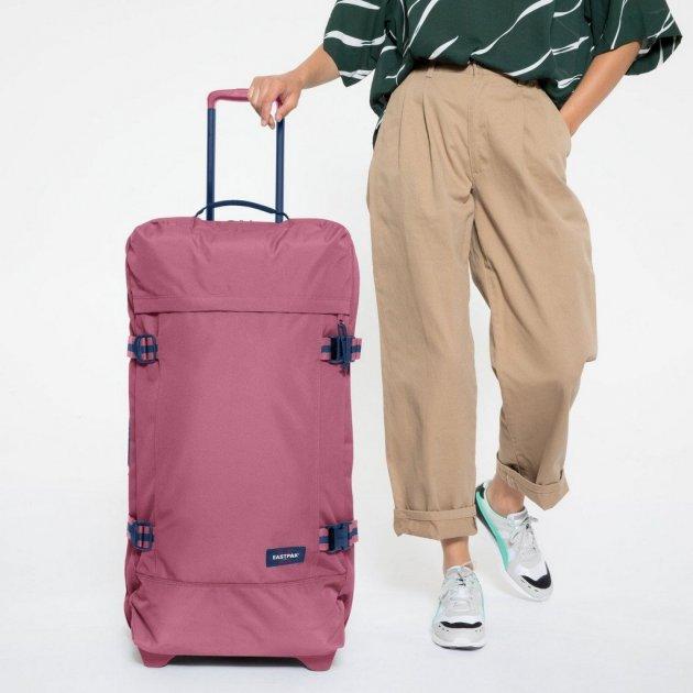 Розовый тканевый чемодан для путешествий