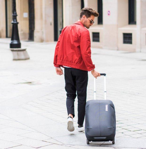 Парень с чемоданом на улице