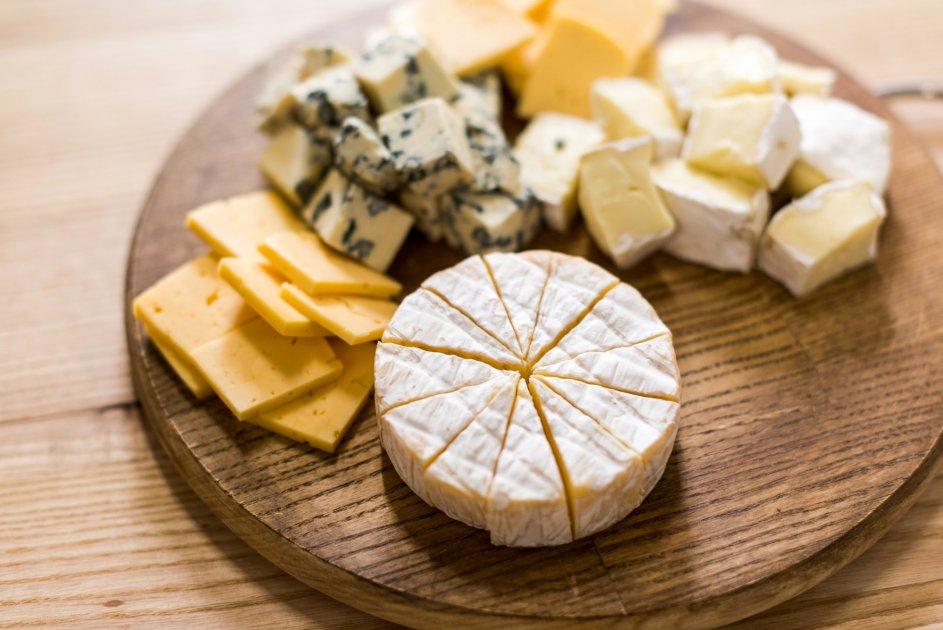 Сорта сыра на деревянной доске