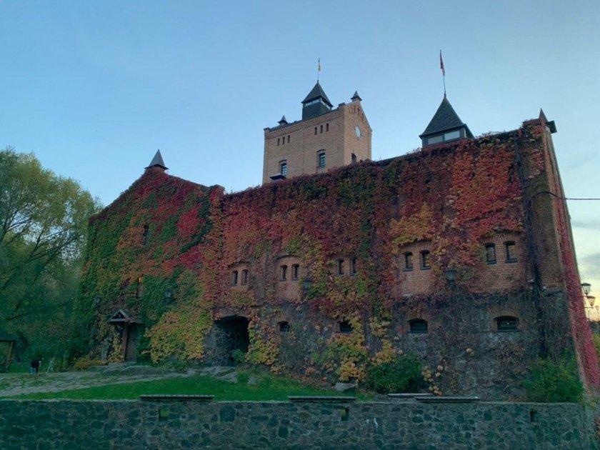 Замок Радомысль осенью