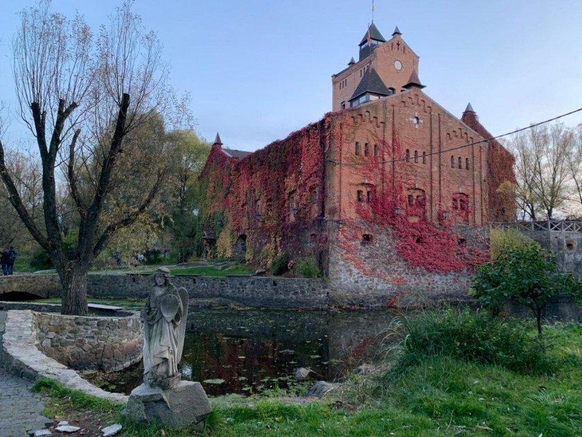 Замок в Радомышле осенью