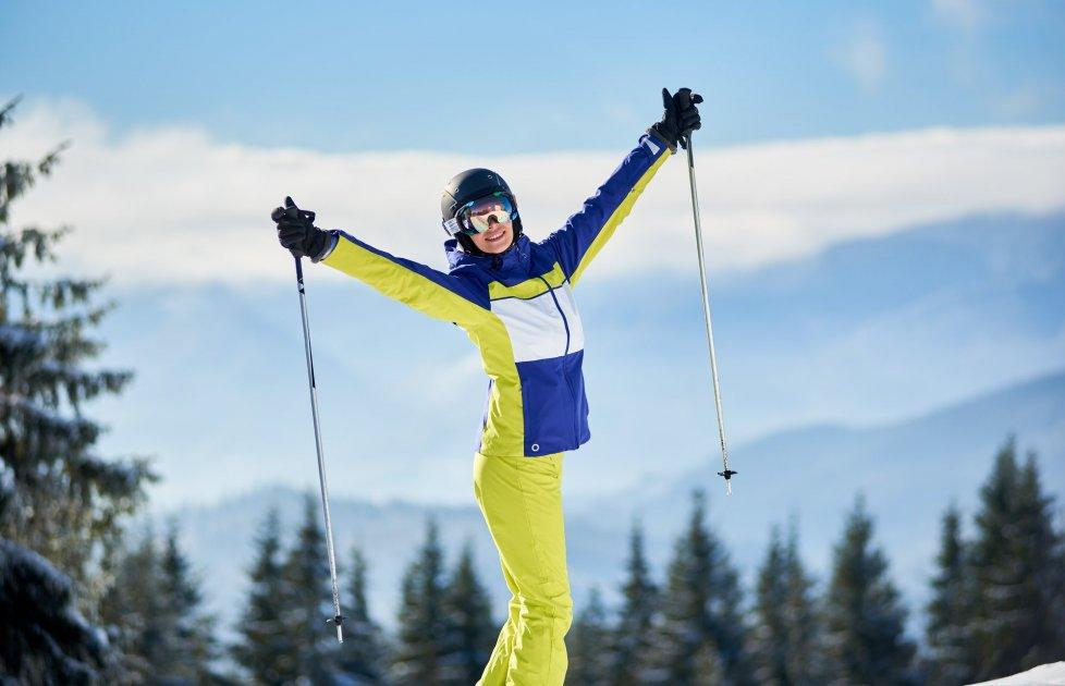 Лыжница на горнолыжном курорте в  Карпатах