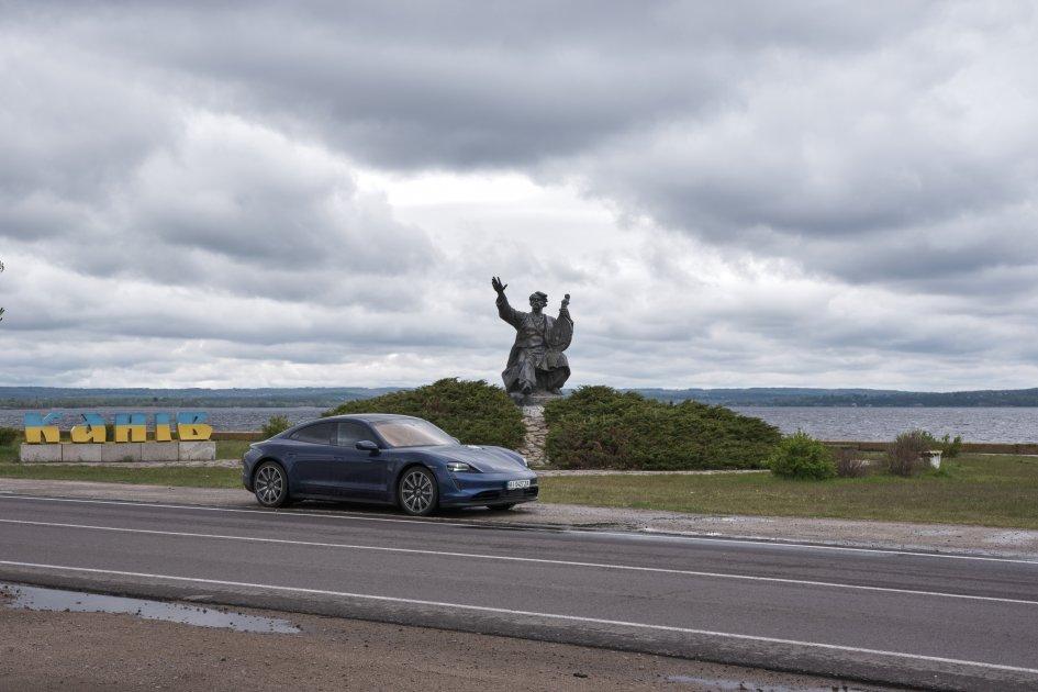 Порше Тайкан на фоне памятника Тарасу Шевченко