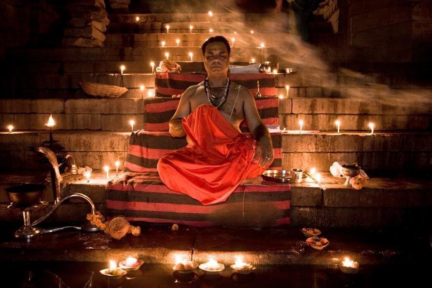 Брахман сидящий у реки Ганг