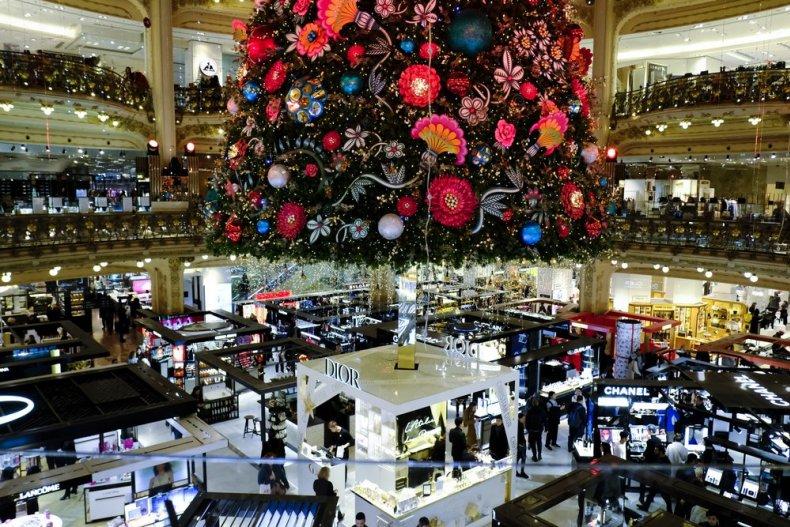 Рождество в центре универмага Galeries Fleyette в Париже