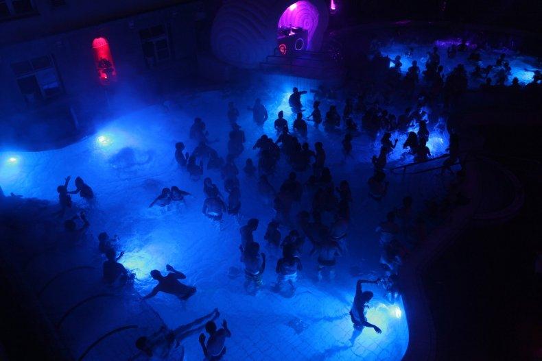 Ночная сторона в тепловой ванне —  Будапешт, hingary