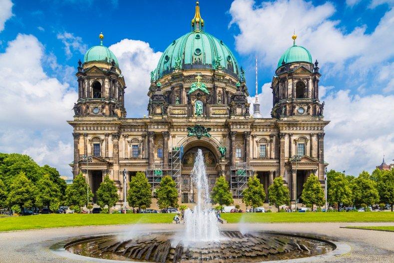 Берлинский собор с фонтаном в парке Lustgarten