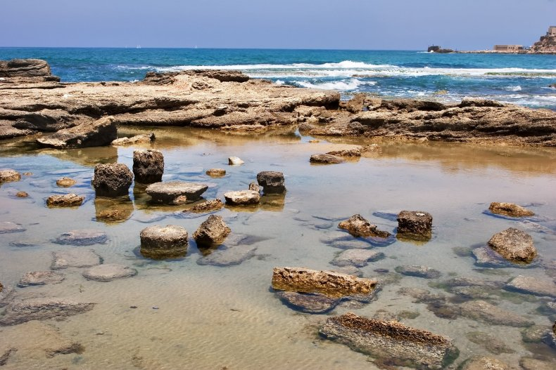 Каменистый пляж в национальном парке Кейсарии