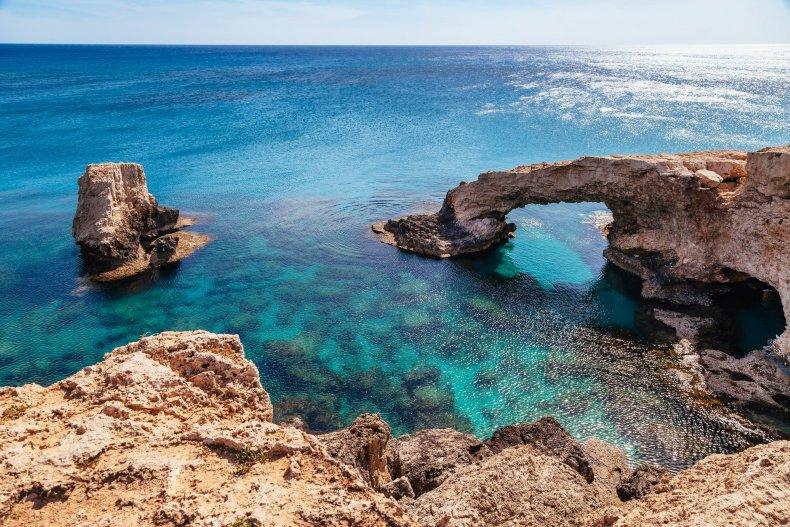 Красивые природные рок арка возле греко и Айя-Напа, Протарас на острове Кипр