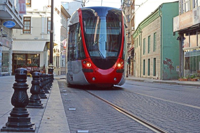 Современный трамвай на древних улицах Стамбула