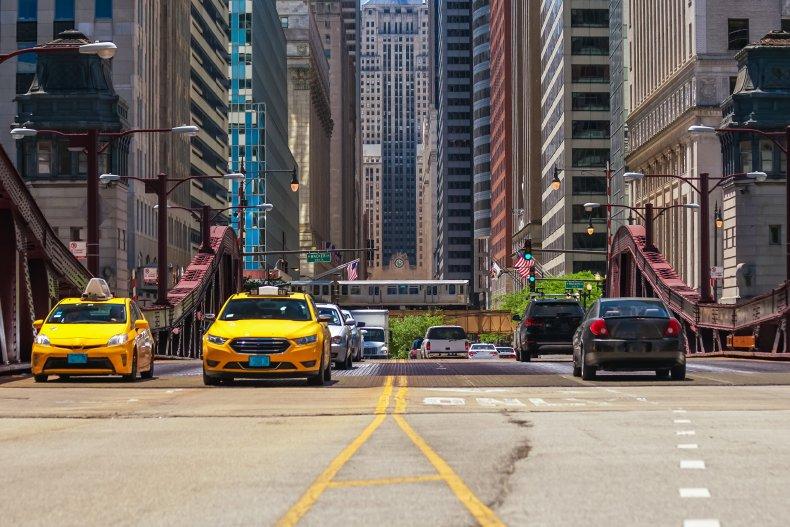 Движение в центре Чикаго, поезд, автомобиль и автобус