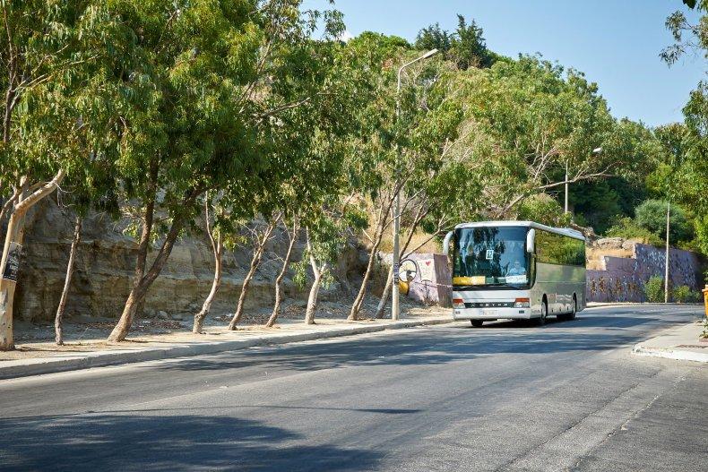 Местный автобус на дороге на остров Родос