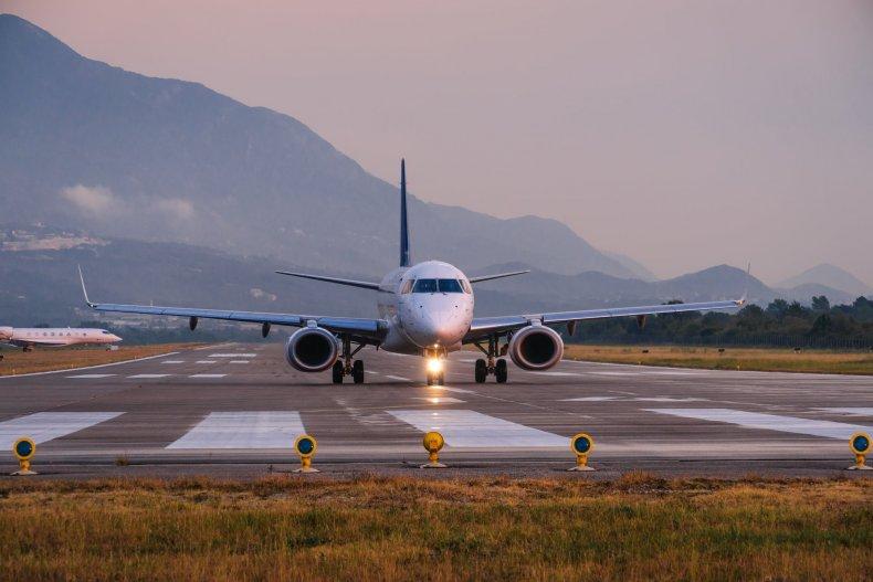 Самолет в аэропорту Тиват