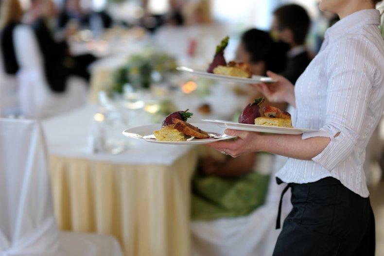 официантка несет 3 блюда