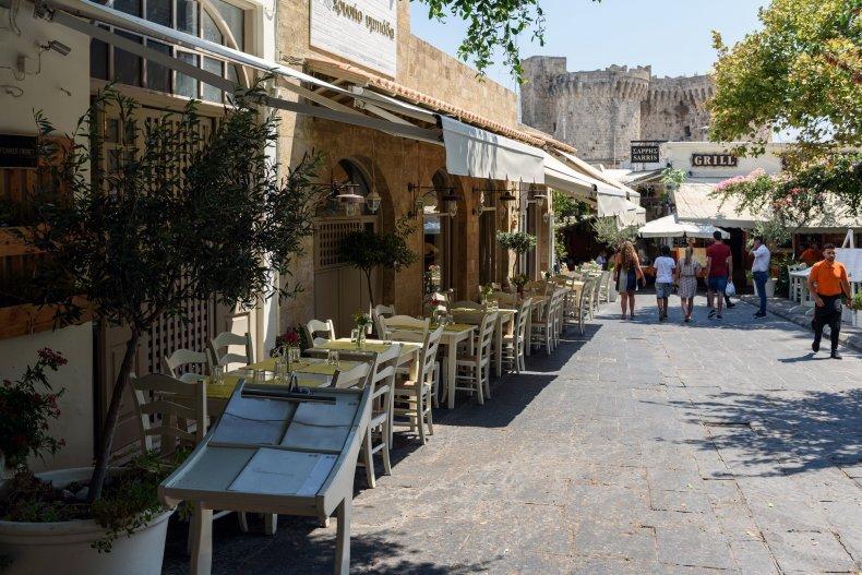 улица с греческими тавернами в Родосе