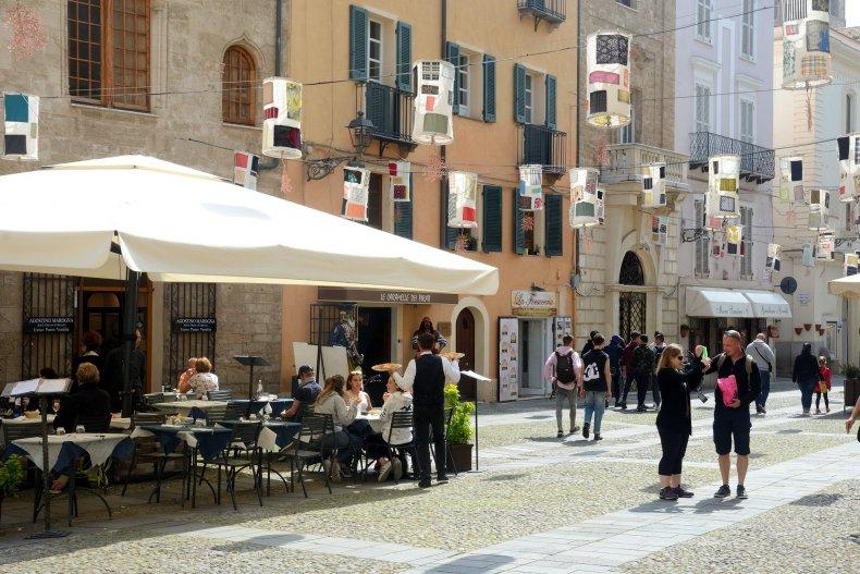 Улица ресторан на Пьяцца Civica старого города Альгеро