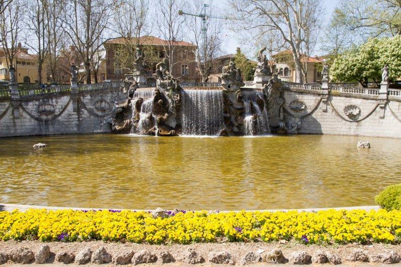 фонтан в Турине по весне