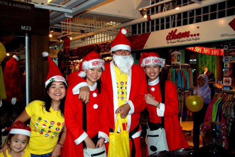 Куала-Лумпур, Малайзия: Санта-Клауса и его эльфов